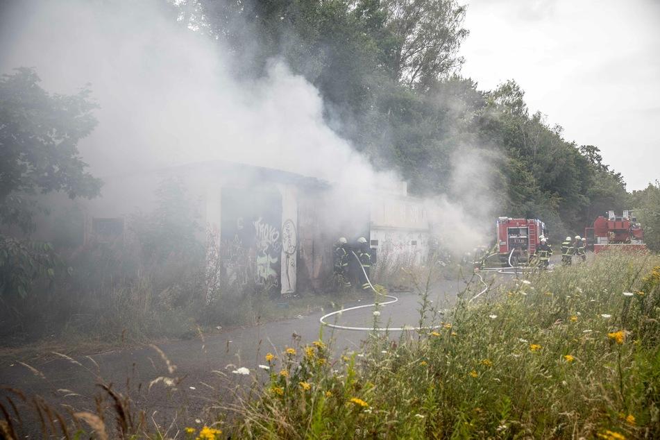Dichter Rauch quoll aus einer leerstehenden Garage in Freiberg. Offenbar wurde das Feuer absichtlich gelegt.