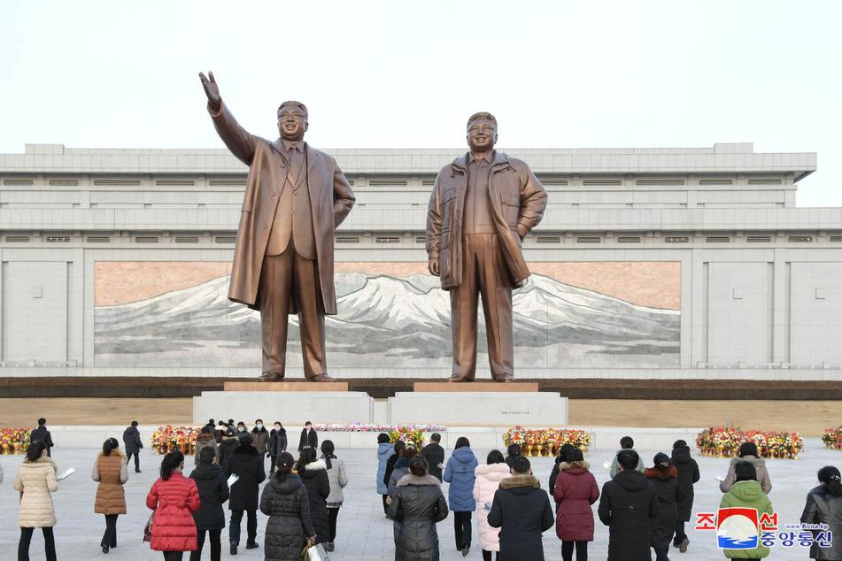 Mahnmal für die verstorbenen nationalen Machthaber Kim Il-sung (l.) und Kim Jong-il auf dem Mansudae-Hügel in Pjöngjang.
