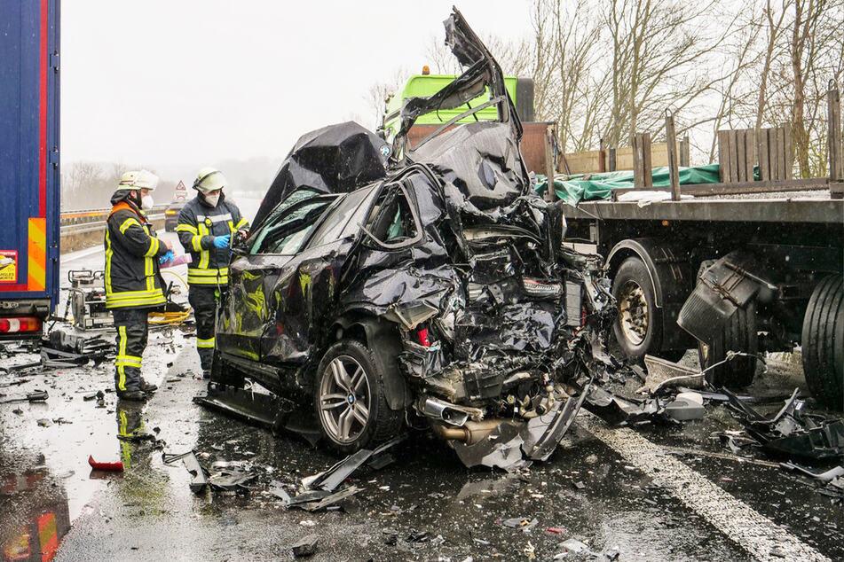Unfall A44: Drei Tote bei schwerem Unfall auf der A44: Auto gerät zwischen Lastwagen