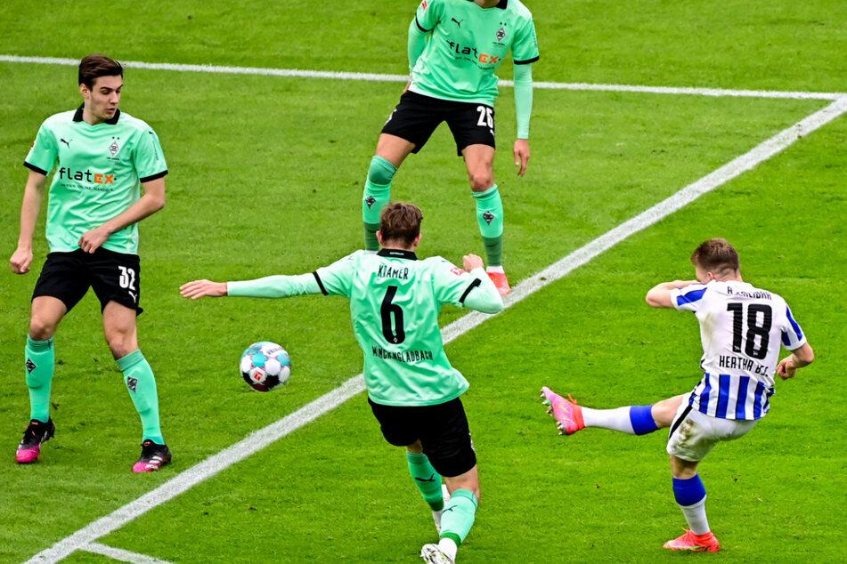 Santiago Ascacibar (r.) trifft zum zwischenzeitlichen 1:0. Gladbachs Christoph Kramer (2.v.l.) und Florian Neuhaus (l.) kommen zu spät.