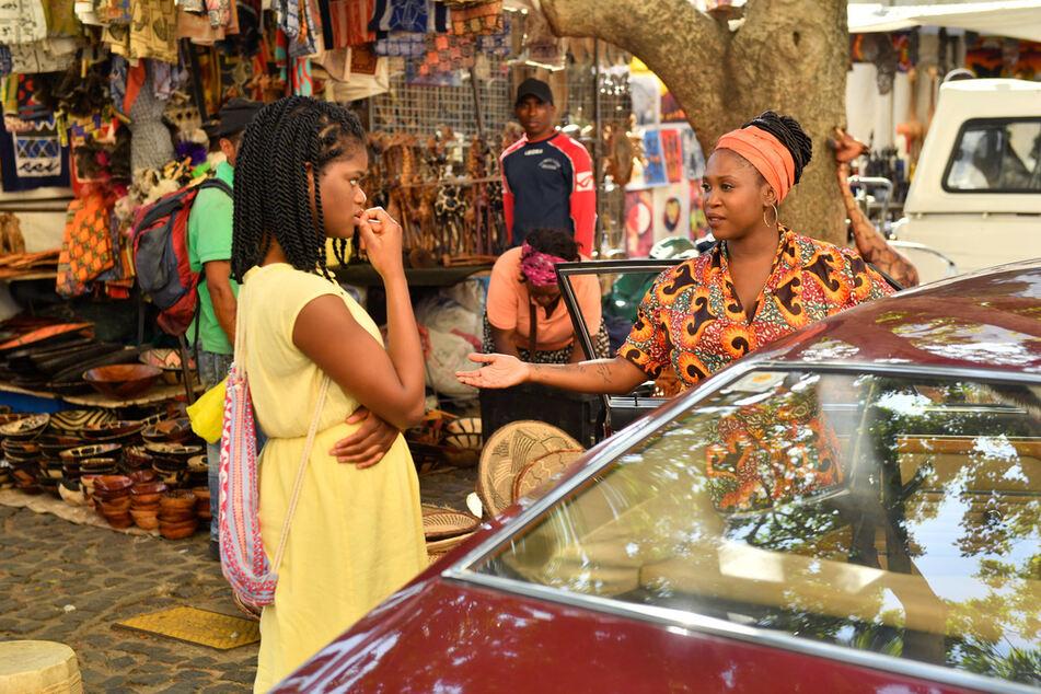 Motsi Mabuse spielt in der Kapstadt-Folge mit - bei 40 Grad! Eine schicksalshafte Begegnung für Motsi: Kann Malaika Balewa (Motsi Mabuse, r.) Lea Bremer (Melodie Wakivuamina, l.) bei der Suche nach ihrer Mutter helfen?