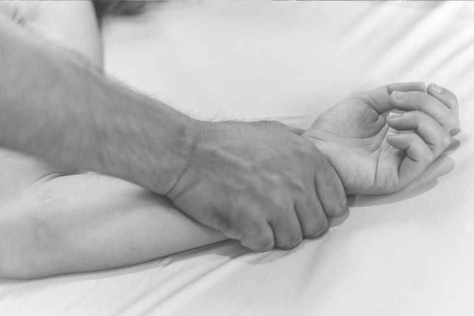 """Der Vermieter zwang die Frau zum Geschlechtsverkehr, damit sie ihre """"Schulden begleicht"""". (Symbolbild)"""