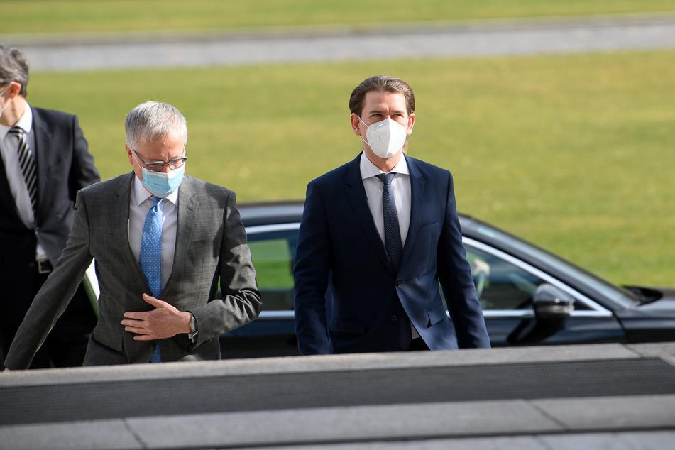 Sebastian Kurz (34,r), Bundeskanzler von Österreich, wird am Donnerstag von Stephan Steinlein (59), Chef des Bundespräsidialamts, vor einem Gespräch mit Bundespräsident Steinmeier im Schloss Bellevue begrüßt.