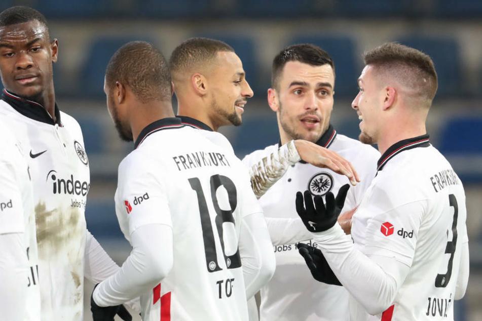 Der Torschütze zum 5:1 Luka Jovic (r.) feiert seinen Treffer mit Evan N'Dicka (l-r), Almamy Toure, Djibril Sow und Filip Kostic.