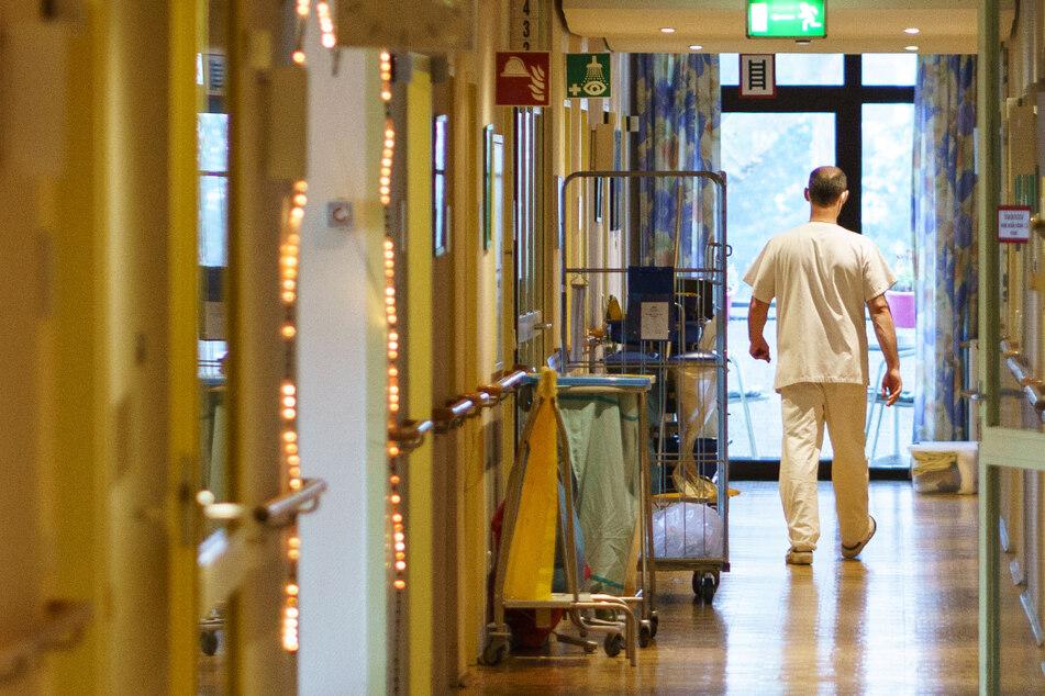 Das Foto zeigt einen Pfleger in einem Frankfurter Alten- und Pflegeheim.