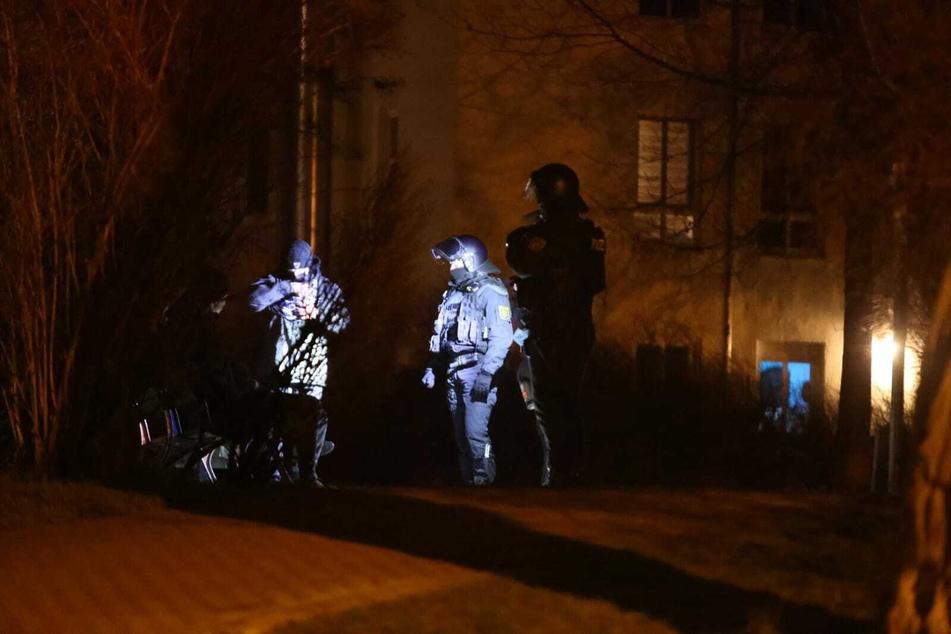 Wie bereits bei vorherigen Attacken warfen die Angreifer Steine gegen die Glasfassade. Ob dabei Polizisten zu Schaden kamen, war zunächst unklar.