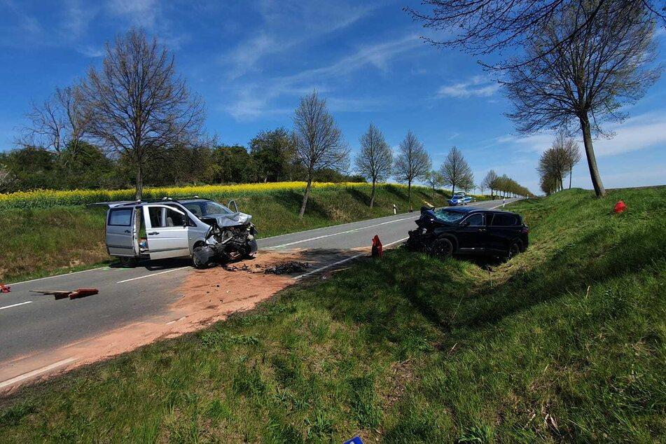 Zwei völlig zerstörte Fahrzeuge: Bei einem Zusammenstoß auf der B79 wurden drei Menschen schwer verletzt.