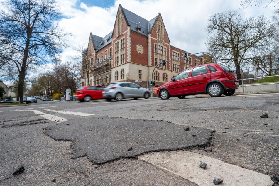 Lieblose Straßensanierung: Dieser Flicken in der Kaßbergstraße bröckelt schon wieder weg.