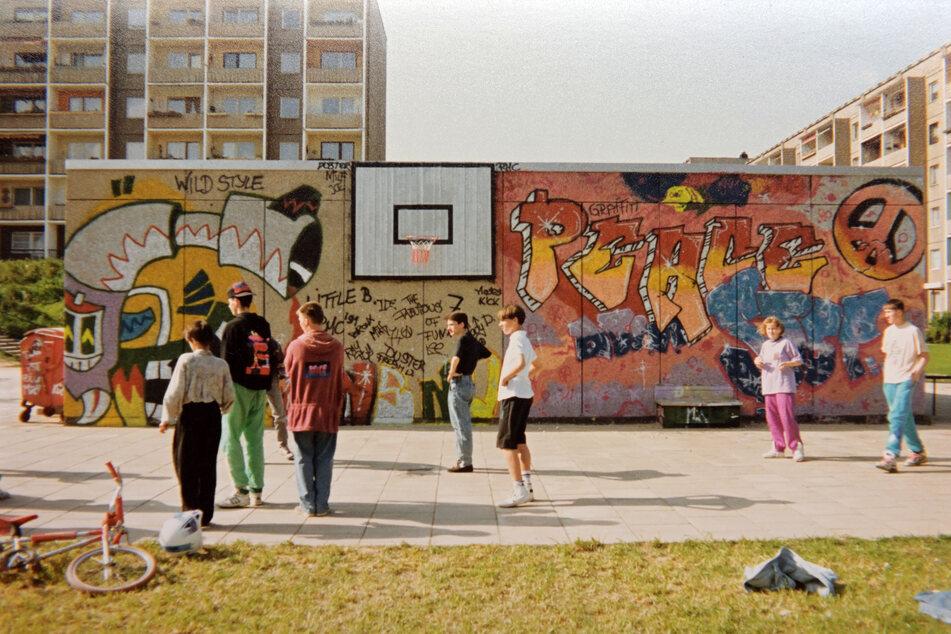 In den frühen 1990ern bemalten die Jugendlichen das Gebäude mit Graffiti.