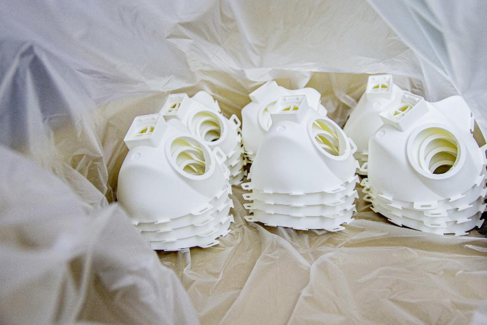 Mundschutzmasken der Schutzklasse FFP3 liegen in einer Produktionsstätte. (Archivbild))