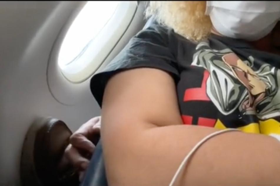 So was Ekliges: Mitten im Flug versuchte der Mann immer wieder, der TikTokerin an die Brüste zu grabschen.