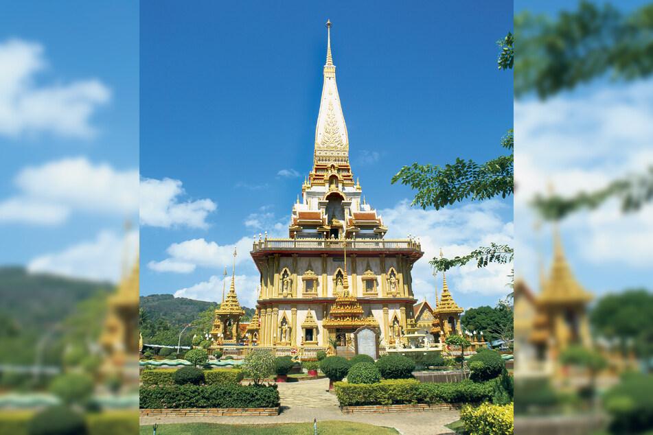 Unbedingt besuchen, doch bloß nicht am Wochenende: Im Wat Chalong mit den Wachsfiguren zweier prominenter Medizin-Mönche tummeln sich an Wochenenden nicht nur Tausende Touristen, sondern auch viele gläubige Thais.