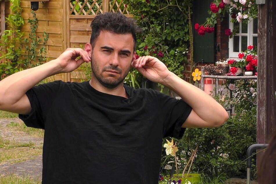...während Lars Steinhöfel (35) es mit einer Chigong-Ohrenmassage probiert.