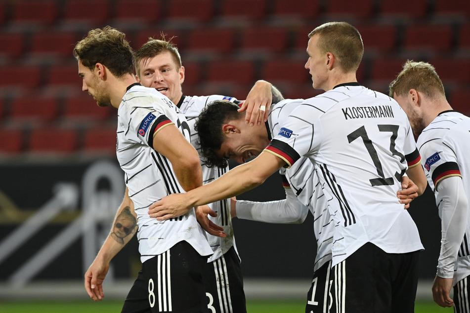 Deutschlands Kai Havertz (21, M.) bejubelt sein Tor zum 2:2 mit Leon Goretzka (25, l-r), Toni Kroos (30) und Lukas Klostermann (24).