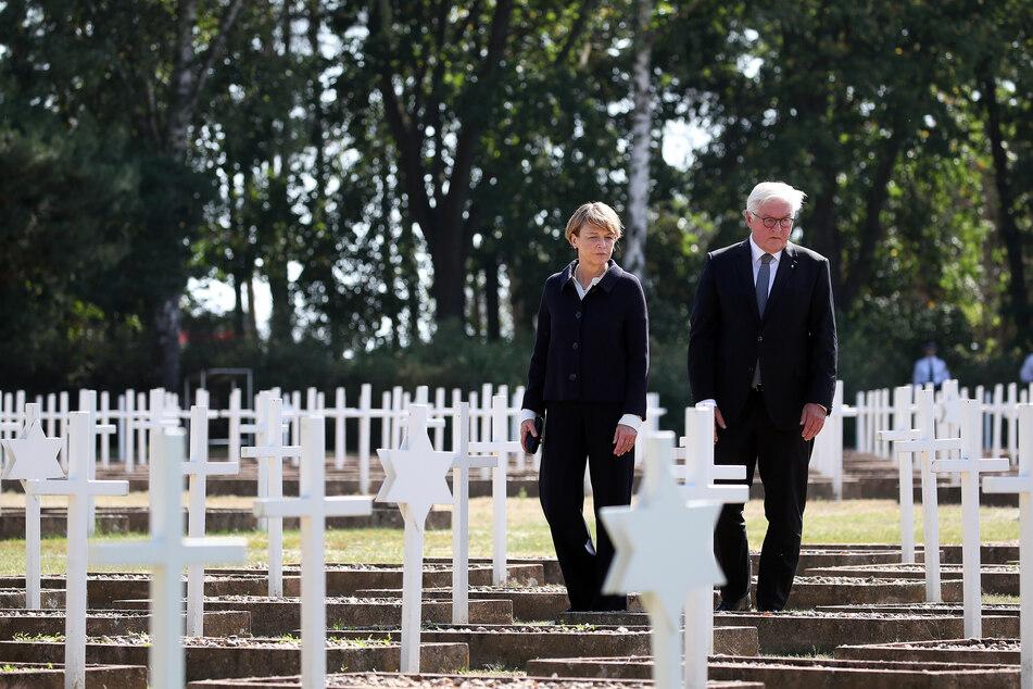 Bundespräsident Frank-Walter Steinmeier und seine Ehefrau Elke Büdenbender auf dem Militärischen Ehrenfriedhof in der Gedenkstätte Feldscheune Isenschnibbe in Gardelegen.