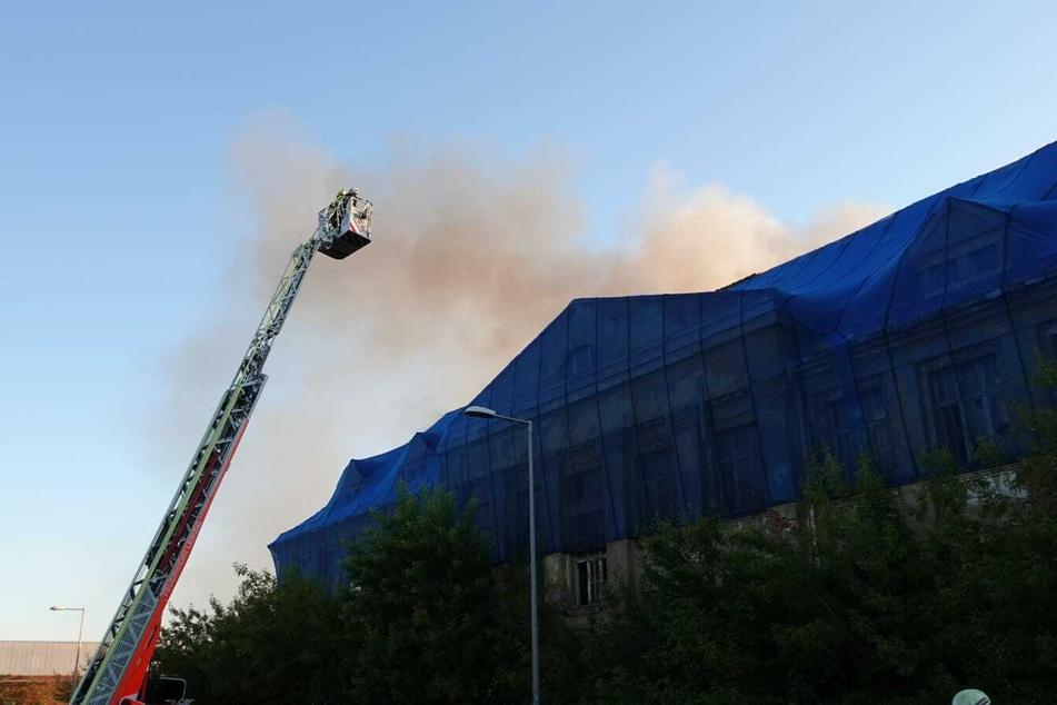 Auf der Linkelstraße in Leipzig brannte am Montagabend das Hinterhaus eines leerstehenden Gebäudes.