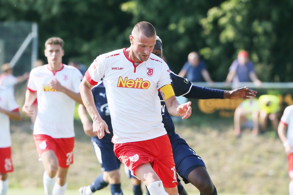 Gekonnt schirmt Markus Palionis in einem Testspiel des SSV Jahn Regensburg gegen den FSV Zwickau den Ball vor Stürmer Tarsis Bonga ab (Archivbild).