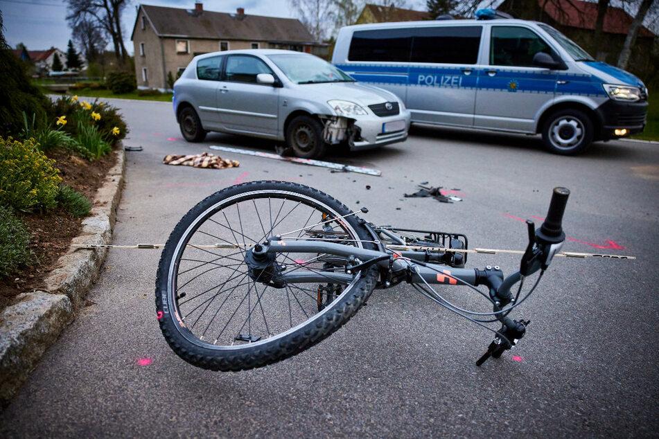 Das Mädchen krachte beim Abbiegen in den silberfarbenen Toyota. Dabei zog sie sich leichte Verletzungen zu.
