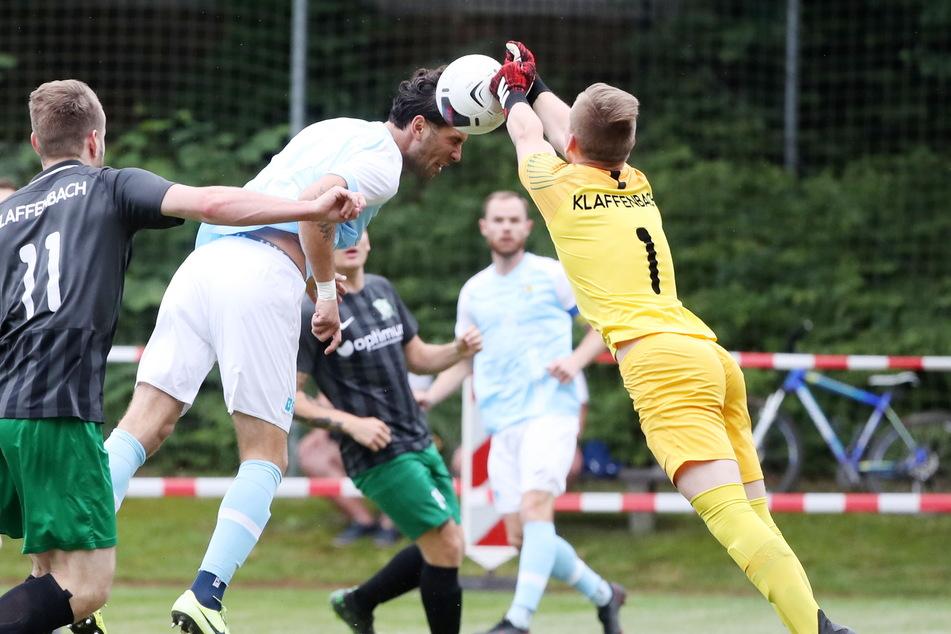 Andis Shala wird hier beim Kopfball von Klaffenbach-Keeper Max Tröger gestoppt.