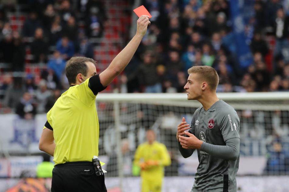 Der Schiedsrichter Patrick Alt (l.) zeigt dem Nürnberger Fabian Nürnberger die rote Karte.