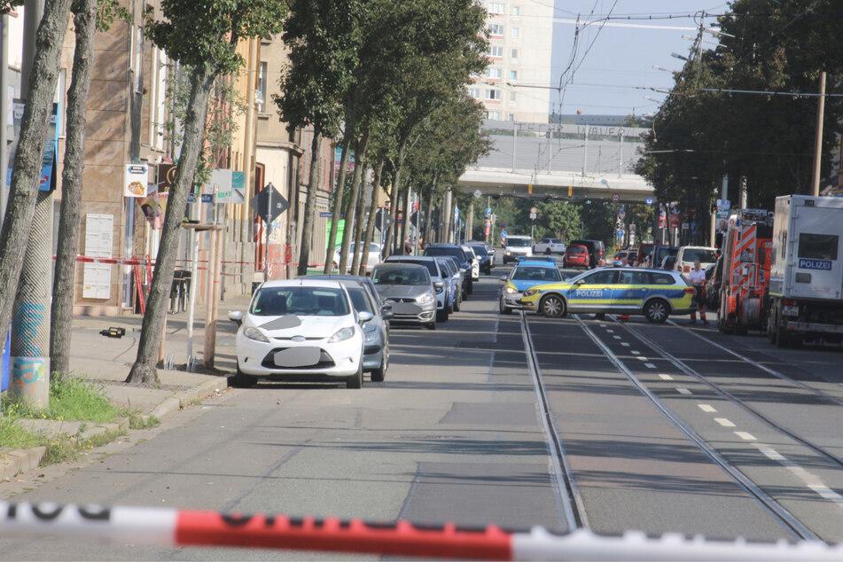 Die Mockauer Straße im Norden der Stadt musste kurzfristig für den Polizeieinsatz gesperrt werden. Gegen 11.20 Uhr konnten alle Maßnahmen wieder aufgehoben werden.