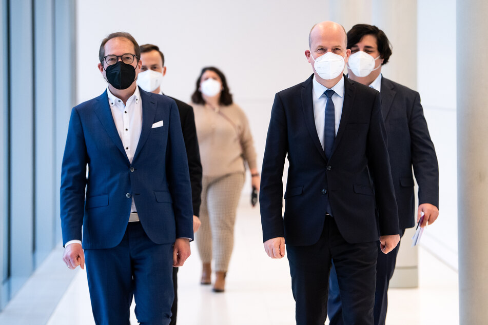 """Unions-Fraktionschef Ralph Brinkhaus (52, CDU, vorne rechts) und CSU-Landesgruppenchef Alexander Dobrindt (50, CSU, l.) wollen die Maskenaffäre um Georg Nüßlein """"mit großer Konsequenz aufklären""""."""