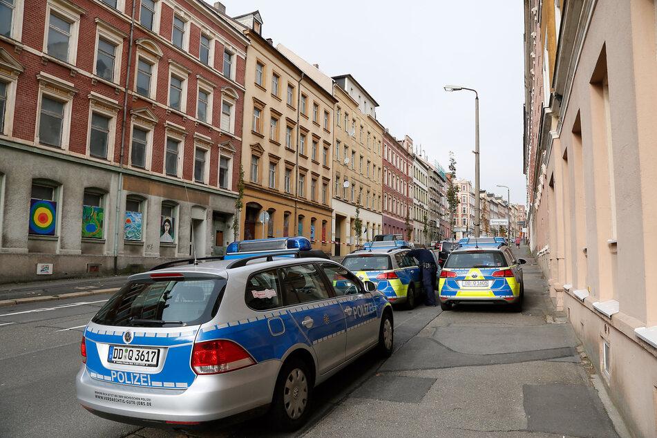 Auf der Zietenstraße in Chemnitz randalierte am Dienstagmorgen ein 23-Jähriger. Er warf mehrere Verkehrsschilder auf die Straße. (Archivbild)