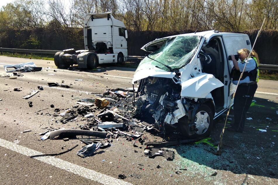 Schwerer Crash auf der A4 bei Köln: Fahrer eingeklemmt