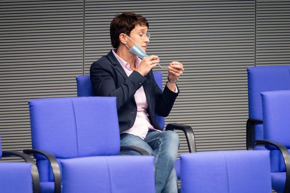 Frauke Petry, parteilos, schaut ihre Mund-Nasenbedeckung während der Sitzung des Bundestags an.
