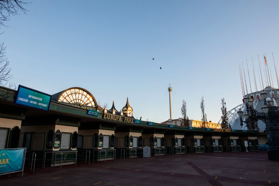 Die Kassenhäuschen am Haupteingang des Europa-Parks sind geschlossen. Deutschlands größter Freizeitpark verzeichnete aufgrund der Corona-Pandemie bislang Einbußen von mehr als 100 Millionen Euro.