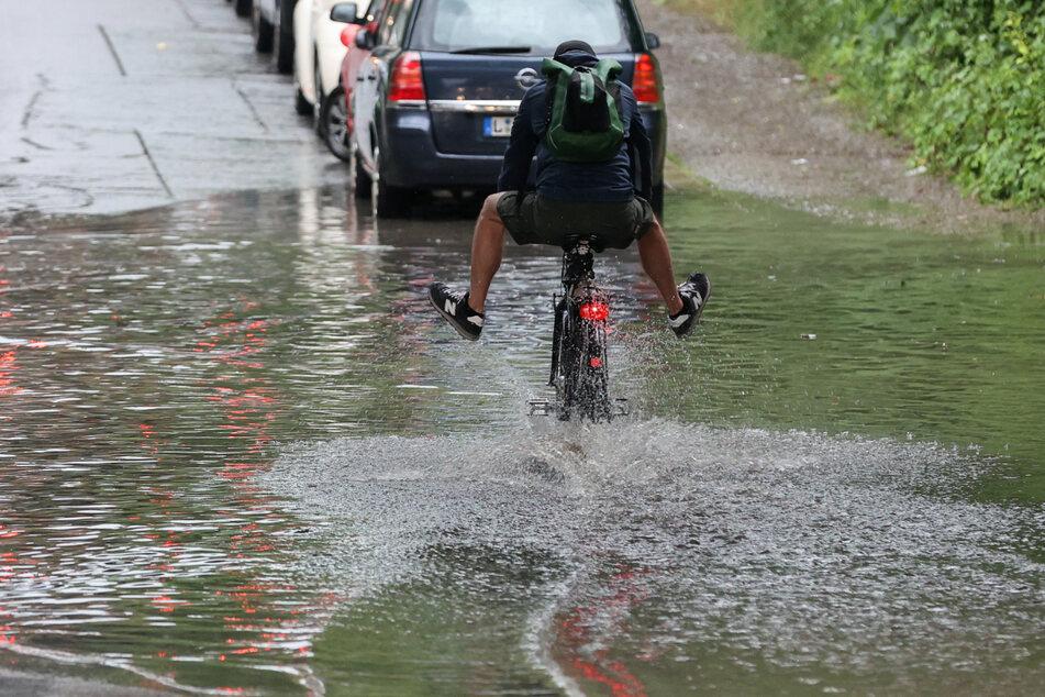 In den nächsten Tagen wird es nass auf Sachsens Straßen. (Archivbild)