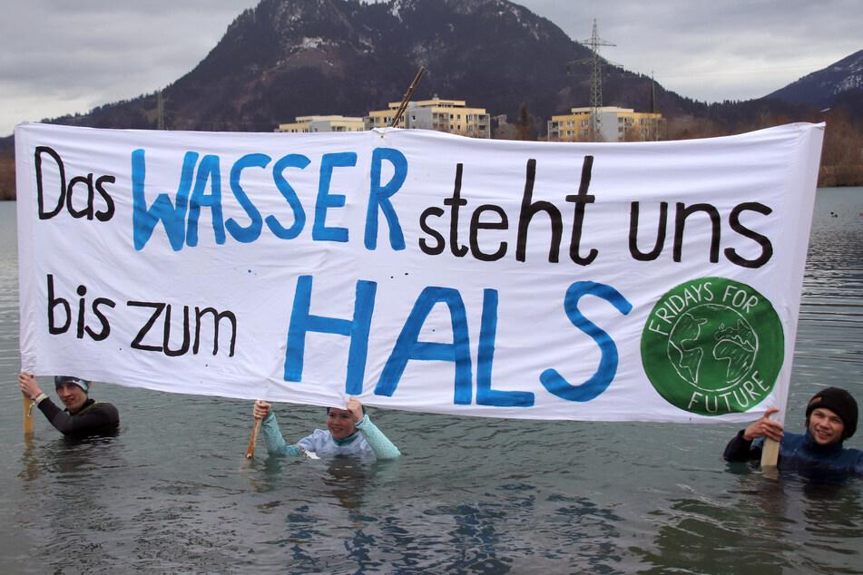 Klimaprotest: Schüler stürzen sich in eiskalten See