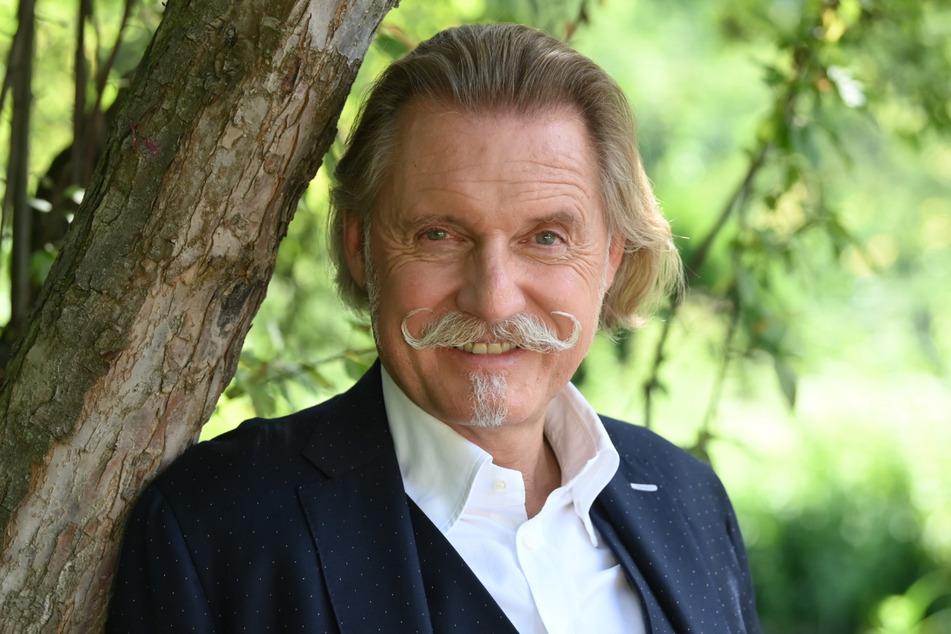 Ingo Lenßen (60) braucht jeden Morgen maximal zweieinhalb Minuten, bis der Schnurrbart sitzt.