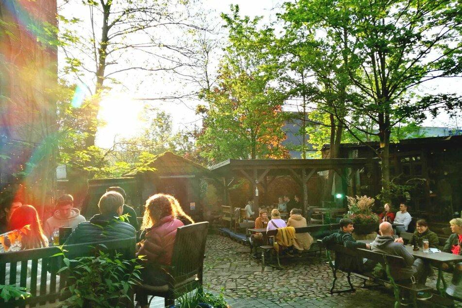 Auch im beliebten Biergarten der Substanz genossen zahlreiche Gäste ein paar zarte Sonnenstrahlen zwischen den dunklen Wolken.