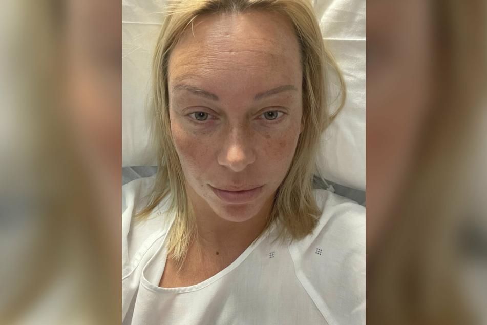 Julia Holz berichtet sichtlich geschafft von der Operation.