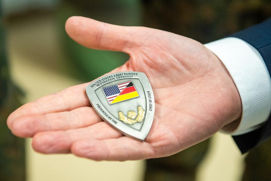 Greifbare Geschenke erhalten die deutsch-amerikanische Freundschaft: ein metallenes Badge der US-Armee.
