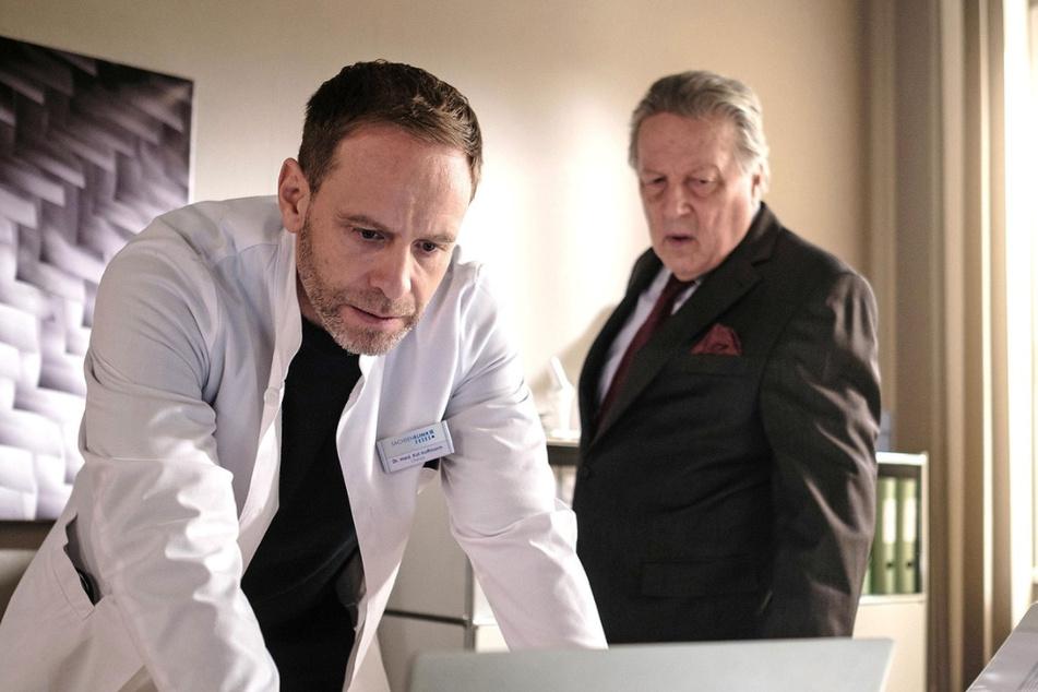 Dr. Kai Hoffmann (l.) behandelt Inas Vater Ewald Schulte in der Sachsenklinik. Die Situation sieht nicht gut aus, was auch Kai ziemlich mitnimmt.