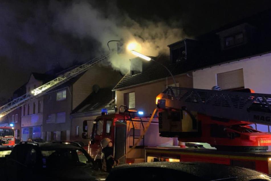 In Köln-Worringen hat der Dachstuhl eines Mehrfamilienhauses gebrannt. Mehrere Bewohner wurden in Sicherheit gebracht.