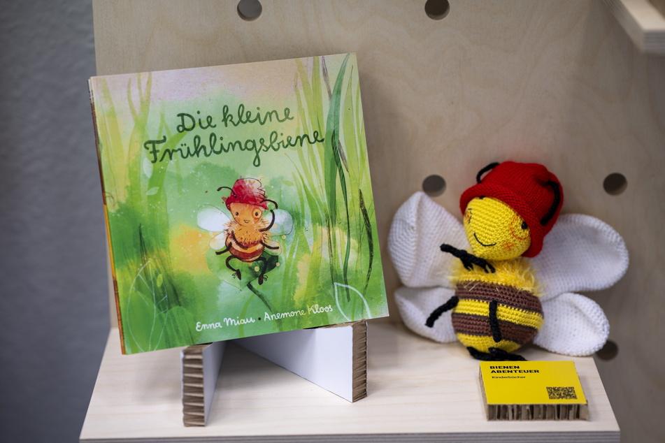 """Auch regionale Kinder-Bücher gibt's zu entdecken, wie """"Die kleine Frühlingsbiene"""" von Enna Miau und Anemone Kloos."""