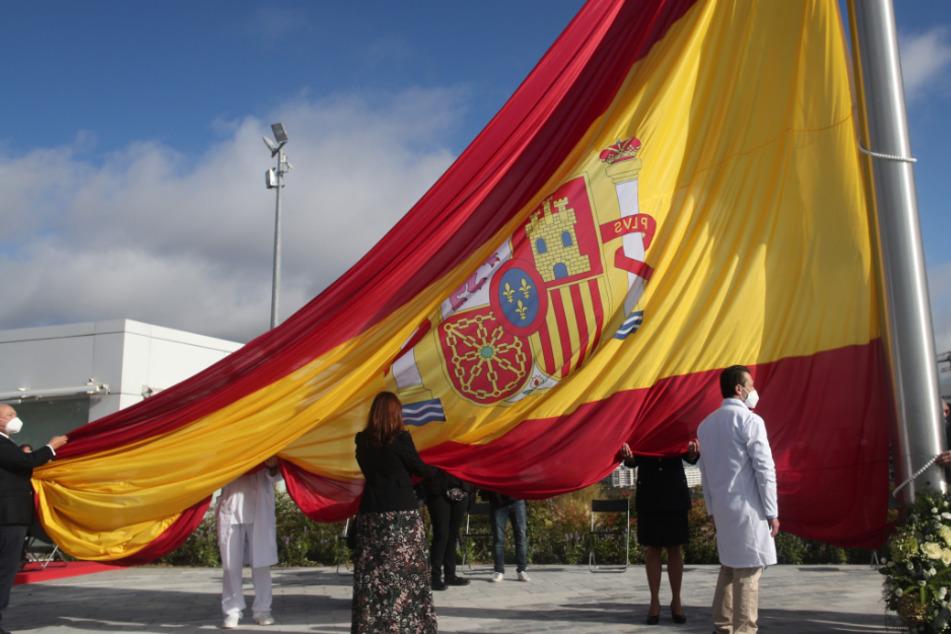 Während der Ehrung der Bevölkerung von Madrid in ihrem Kampf gegen die Corona-Pandemie wird die Nationalflagge gehisst.
