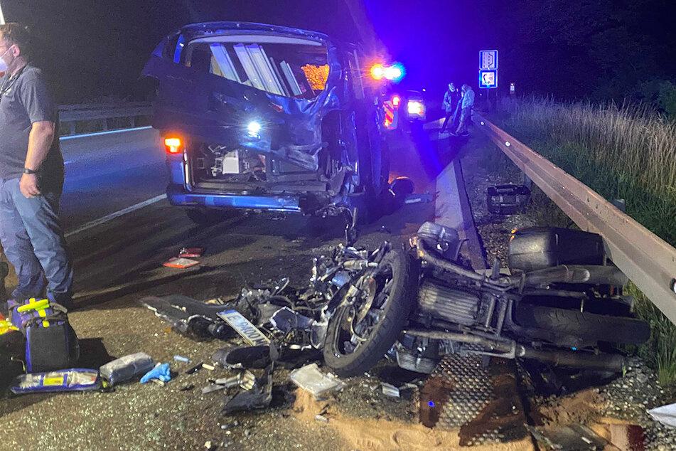 Offenbar musste der VW Bus wegen einer Panne abbremsen. Ein Motorradfahrer erkannte die Situation zu spät und raste ins Heck des Autos.
