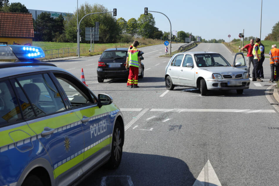 Die Rettungskräfte waren schnell vor Ort und kümmerten sich um die am Unfall beteiligten Personen.