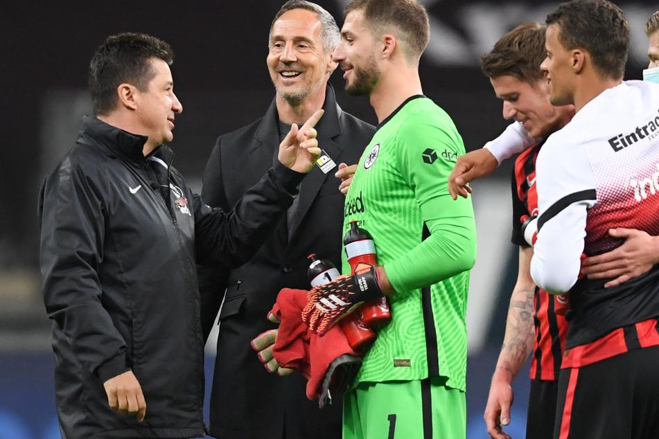 Co-Trainer Christian Peintinger (54), Coach Adi Hütter (51) sowie Kevin Trapp (30), Erik Durm (28) und Timothy Chandler (31, v.l.n.r.) feiern den 2:0-Sieg von Eintracht Frankfurt gegen den FC Augsburg.