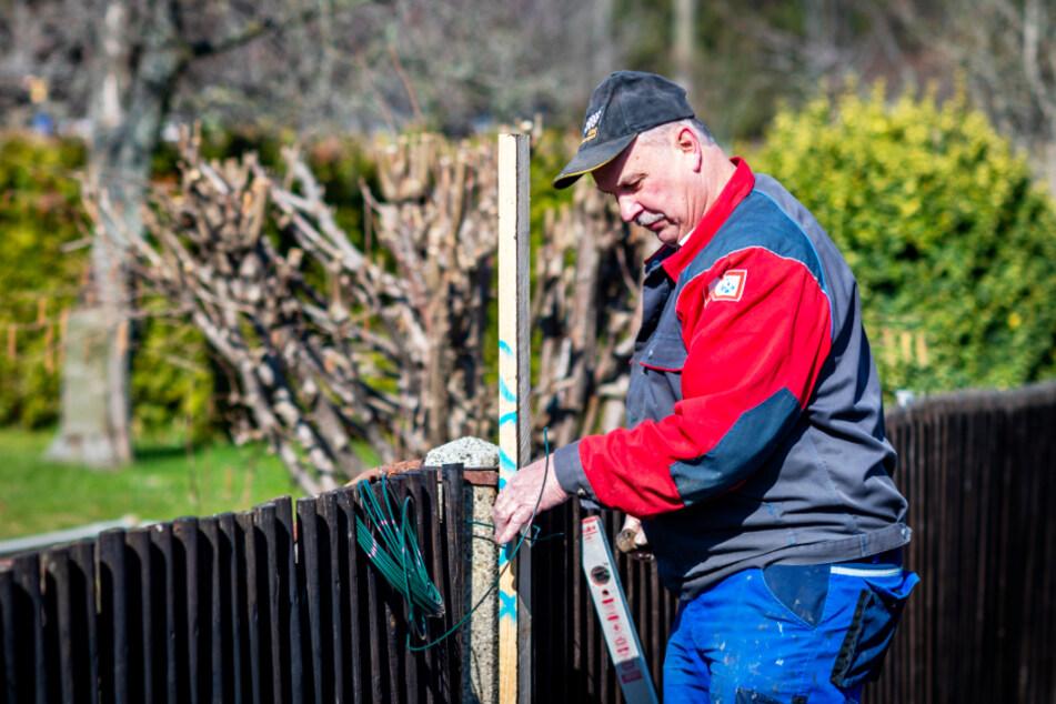 """Jürgen Richter (65) werkelt in der Kleingartensparte """"Schreberhain"""" an seinem Zaun."""