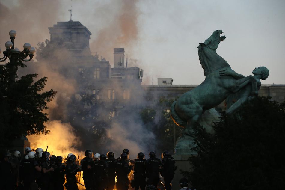 Bereits in den Tagen zuvor kam es zu heftigen Auseinandersetzungen auf den Straßen Belgrads