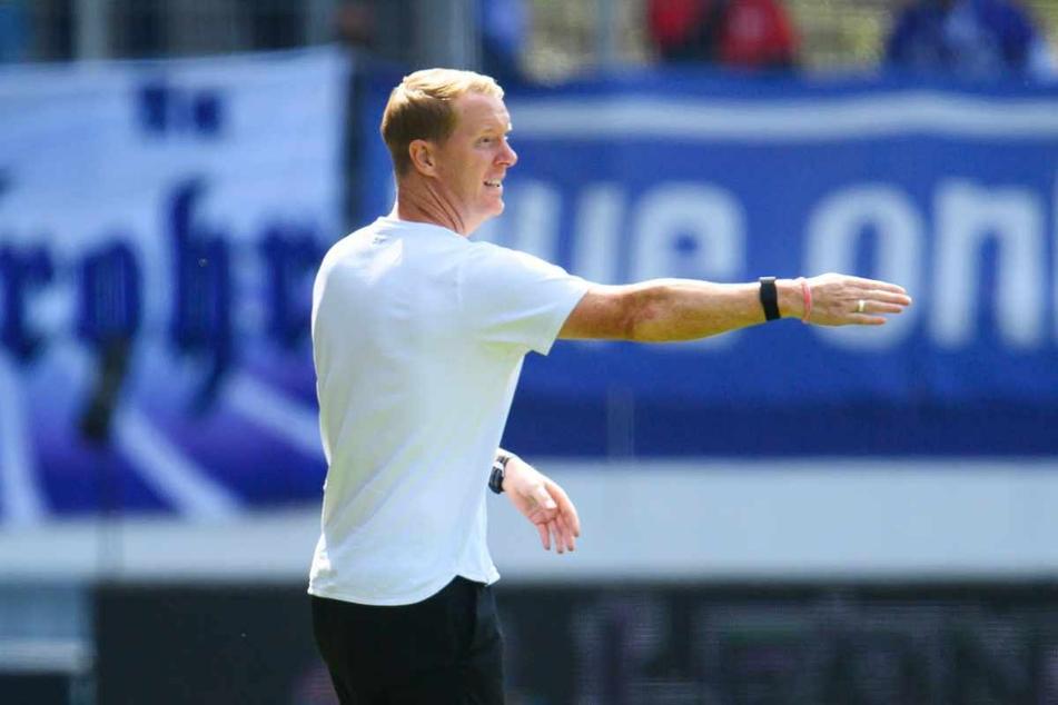 St. Paulis Trainer Timo Schultz (43) gibt seiner Mannschaft während der Partie Anweisungen.