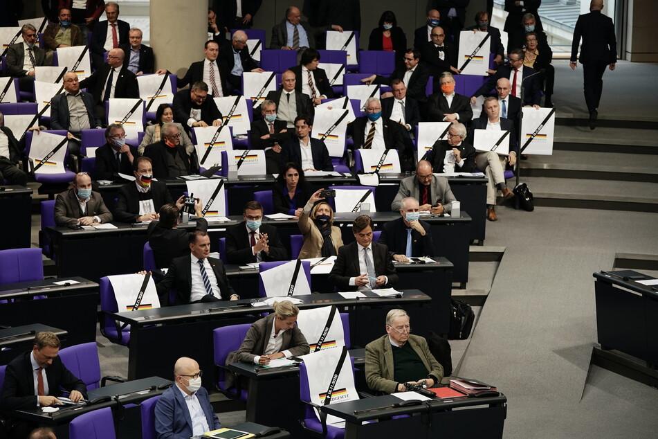 Bundestagspräsident Wolfgang Schäuble forderte die Abgeordneten sofort auf, die Plakate zu entfernen.