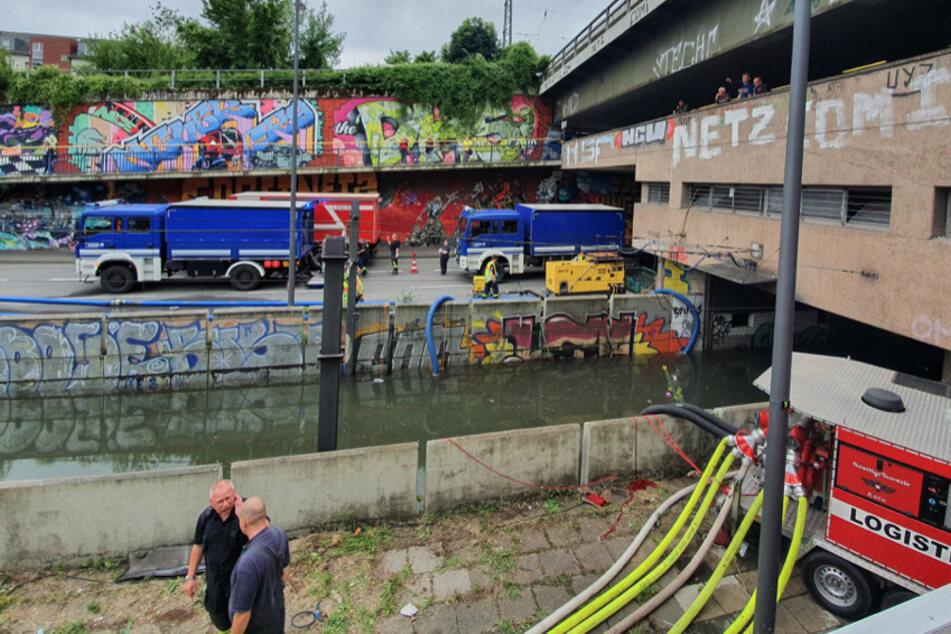 Die mit Wasser vollgelaufene KVB-Haltestelle Geldernstraße/Parkgürtel wurde am Freitag leergepumpt.
