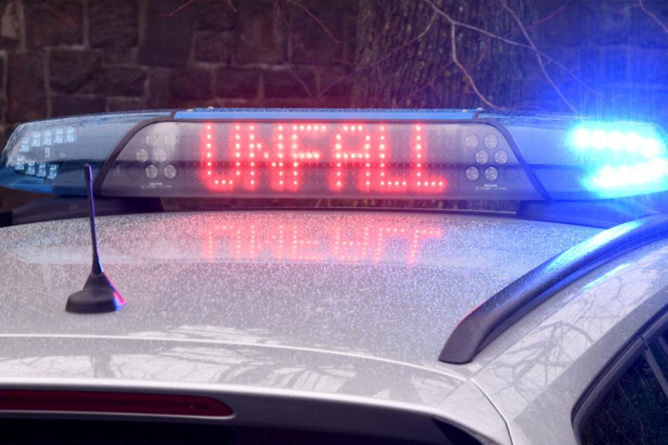 Auto schleudert über Schneehügel und landet auf dem Dach: Fahrer tot