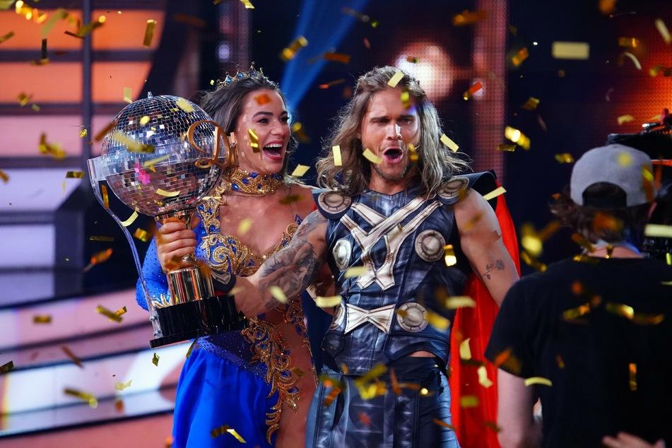 Sie dürfen sich freuen: Nach harter Arbeit nehmen Rúrik Gíslason (33) und Tanzpartnerin Renata Lusin (33) den Pokal mit nach Hause.